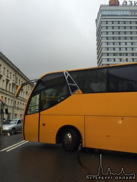 На Лермонтовском проспект около гостиницы Азимут, автобус перегородил две полосы в сторону Обводного...