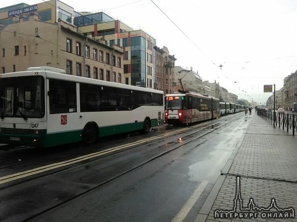 На Лиговском в сторону Восстания стоит весь общественный транспорт.
