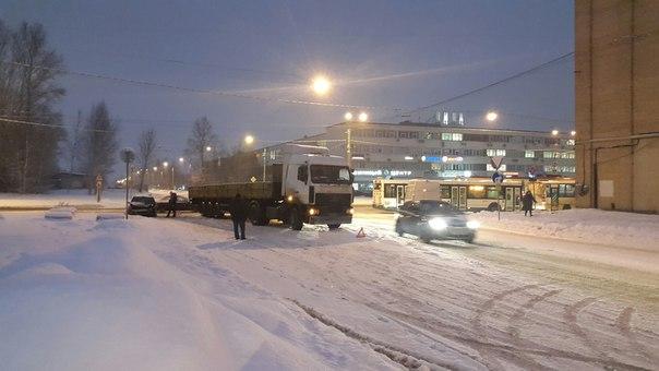 Поворот с Ириновского на Бокситогорскую затруднен! Легковушка,какая не видно, догнала грузовичек!)