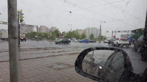 На перекрестке Дунайского и Бухарестской. Калина въехала в Меган. Служб нет.... пробки пока тоже. 9:...