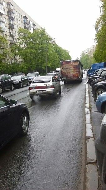 На Стойкости у дома 18 женщина на Renault, выезжая со двора не уступила Уазу Ппс