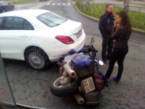 Дтп в Сестрорецке. Mercedes и мотоцикл. Возле ватрушки. Пилот жив. Стоят общаются.