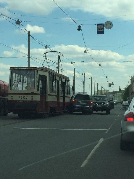 На проспекте Обуховской обороны 127 через встречку под трамвай залез Mercedes GL , встретив при этом...