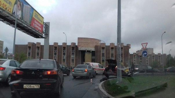 Ford Фокус сделал чпокус Митсубиси на въезде Дунайского путепровода