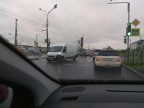 Планерная, у ленты в сторону Богатырского, объезд по встречке