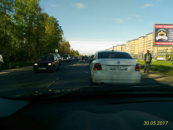 На Колпинском шоссе, между Пушкиным и Московской Славянкой Лада Калина пнула Ford Куга. Стоят в напр...
