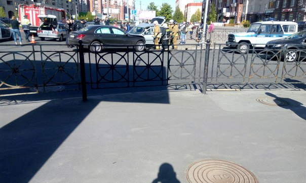 Страшная авария на перекрестке Савушкина и Туристской! Пострадавшего вырезают из машины