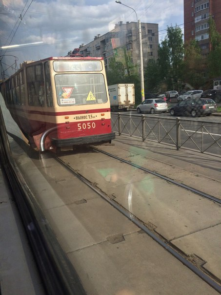 На Луначарского стоят около 9 трамваев в сторону проспекта Культуры.