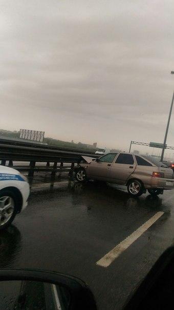 На внешнем кольце КАДа от Таллинского шоссе в сторону Пулковского в левом ряду ВАЗ 2112 убрался об о...