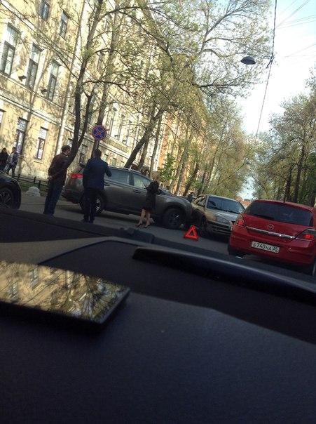На 14 линии ВО водитель Тойоты RAV4 выезжая из двора дома 7 не был внимателен