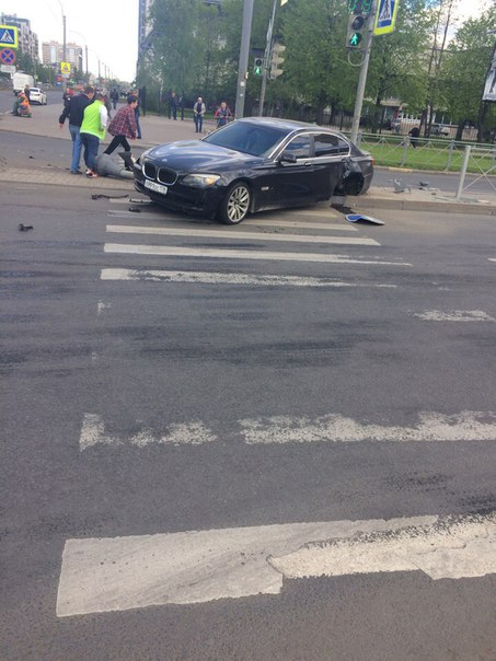 На перекрёстке Сизова около заправки нести ДТП BMW без 2 колёс бензин течёт,служб нет.