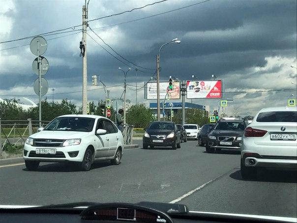 Volvo и Volkswagen в ДТП на перекрёстке Планерной и Оптиков. По Планерной пробка в сторону путепро...