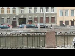 Вечером девушка перелезла через перила Горсткина моста и пыталась спрыгнуть в Фонтанку, прохожий ус...