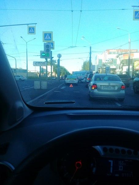 В самый не подходящий момент таксист зазевался на светофоре и поцеловал логана на перекрестке Якорно...