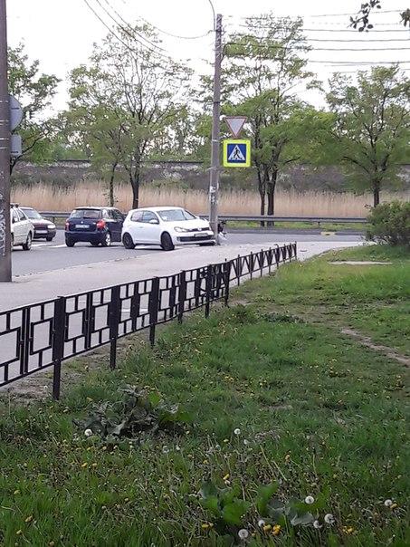 Гольф влетел в столб стоящий на углу перекрёстка Белградской и Турку