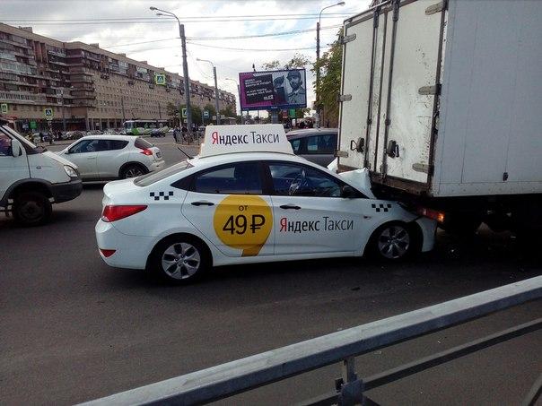 Машина Яндекс Такси залезла под Фургон у метро Международная