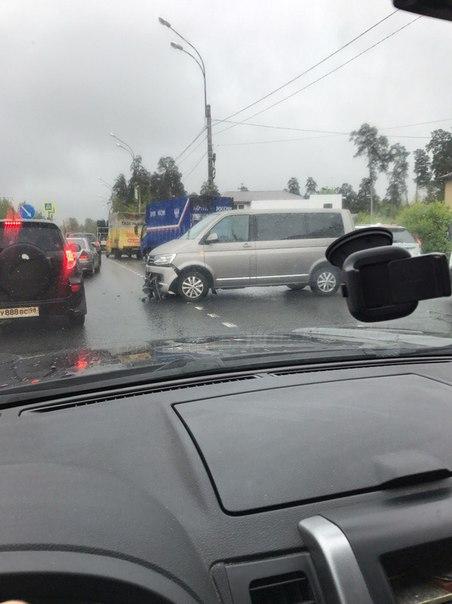 Приморское шоссе, поворот на военную улицу, серьезная авария