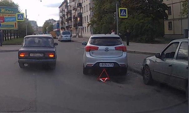 На Новочеркасском перед Таллинской, активно тормозящая юзом Nexia под управлением южанина, не смогла...
