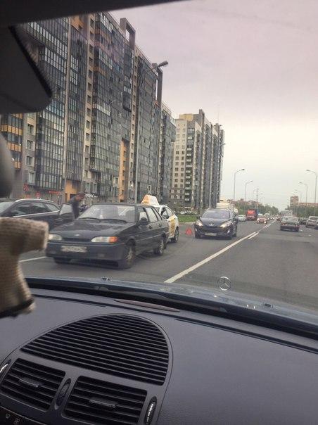 На Адмирала Коновалова встретились 15-шка, solaris и Peugeot. Движению мешают )