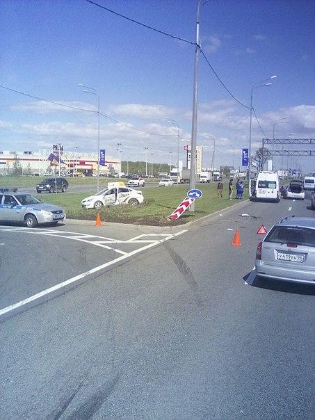 Hyundai отправил Яндекс такси на газон около поста на Пулковском шоссе