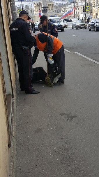 На Гончарной у дома 3 был оставлен бесхозный чемодан. Полиции приехало куча. 40 минут ждали специал...