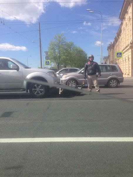 На съезде с Литейного моста бешенный байкер сам залетел под Nissan, все живы !