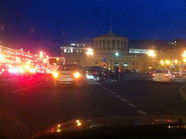 Парни на Калине и Peugeot недопоняли друг друга. Площадь Восстания. Ждут сотрудников . Кате Петровой пр...