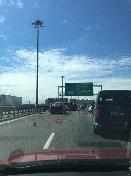 Ларгус опрокинул Газель на КАДе перед Таллинским шоссе на внутреннем кольце, пробка 2 км!