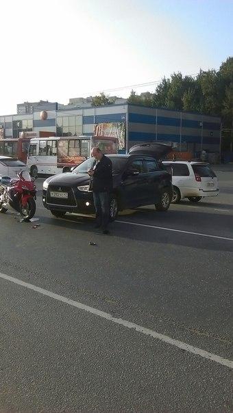 Митсубиси не пропустил мотоциклиста в Новом Девяткино . Все целы, служб нет