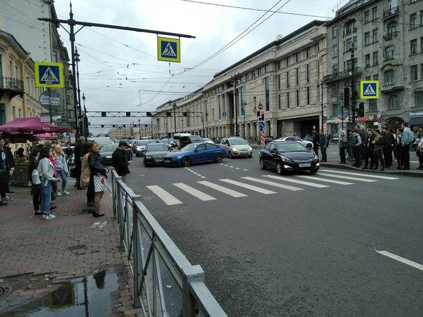 ДТП на перекрёстке Лиговского и Кузнечного. БМВ с двумя трубами (быстрый) думал, что проскочит, в Ау...
