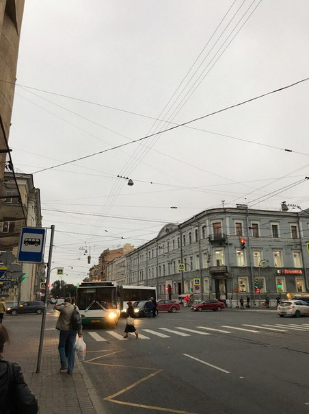 Стоят трамваи на пересечении Лермонтовского и Садовой.