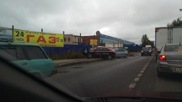 На 1-ом Верхнем такси Везёт не пропустил Audi. Стоят ждут, проезду почти не мешают.