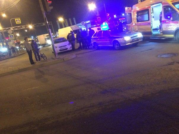 На перекрестке Дунайского и Софийской, в 20:50 сбили человека, шевелится
