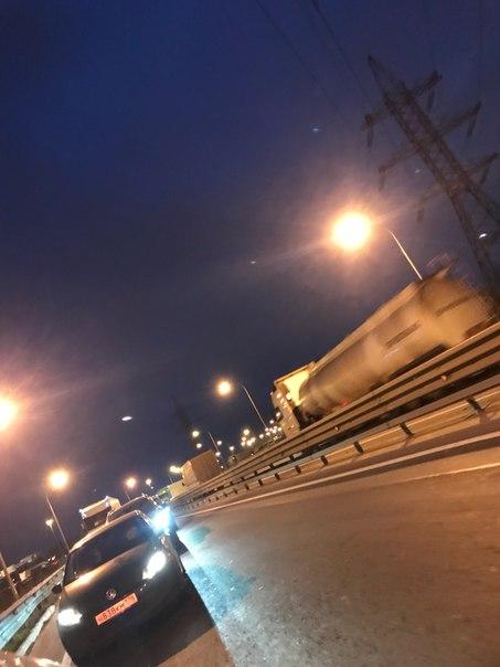 Съезд с КАДа на Шушары-авария.Пролезают только легковушки,фуры стоят на обочине.Движение плотное