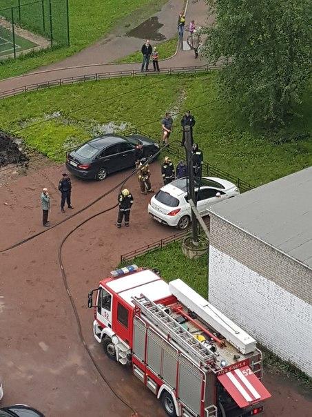 во дворе дома 12 на улице Шотмана заминирован автомобиль белый Peugeot, службы на месте