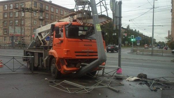 КАМАЗ учудил на углу перекрёстка Седова и Ивановской