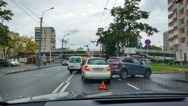 ДТП на Будапештской со стороны Альпийского в направлении к Славе. Оба ряда заняты. Объезд по встречк...