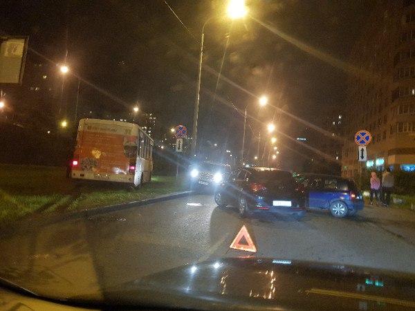 Блондинки не смогли разобраться кто кому должен уступить на Российском проспекте 14,2 , ну а маршрут...