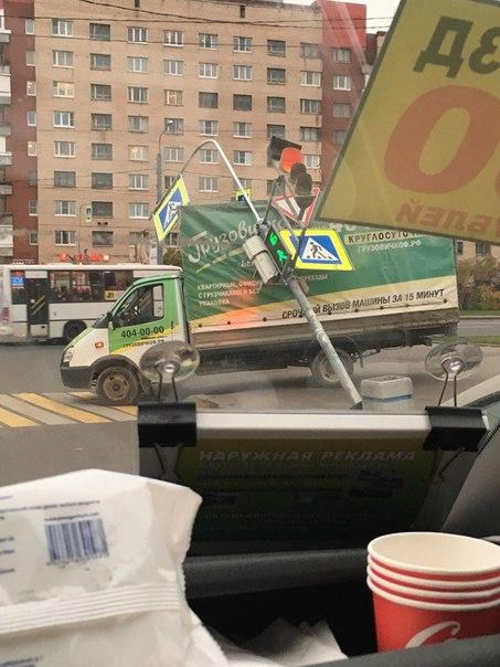 У перекрестка проспекта Ветеранов и улицы Корзуна на Газель упал светофор.