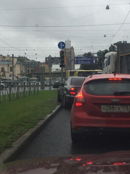 Всё очень туго на Кантемировской перед Лесным. Яндекс аж тёмно-бордового цвета. Занят средний ряд, с...