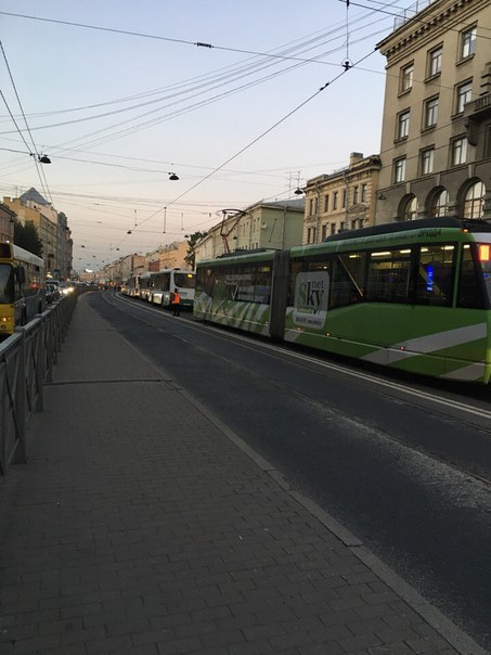 Вся Лиговка стоит вместе с транспортом, сломался грузовой эвакуатор напротив метро «Лиговский проспе...