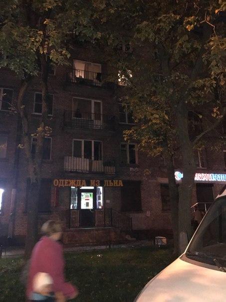 На улице Ленсовета 93 в районе метро звёздная . Парень поймал белку, выбил стекла и начал что под ру...