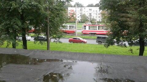 На руставели встали трамваи в сторону ручьев. Причина неизвестна. 13:00