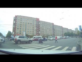 На пешеходном переходе через проспект Ветеранов на перекрестке с Корзуна , водитель на Хендая, закан...