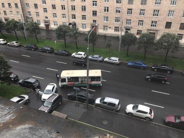 В 12:10 шлёпнулись у Московского проспекта, 212 белая легковушка и маршрутка, кто виноват-не знаю, с...