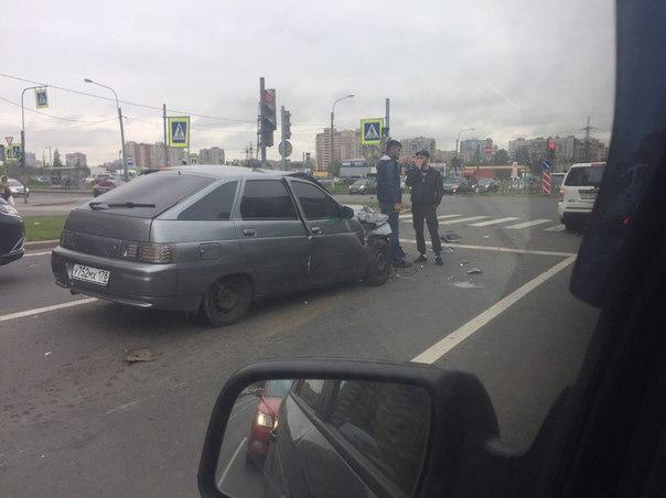 На перекрёстке Димитрова и Малой Балканской олень на Ладе въехал в зад Хонде, стоящей на светофоре....