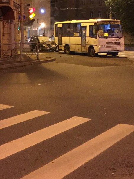 В ДТП на пересечении Кондратьевского и Минеральной водитель легковой машины получил травмы( на сколь...