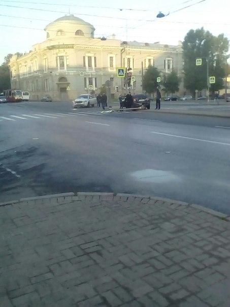 Авария на перекрестке Введенского канала и Загородного пр. Похоже есть пострадавшие. Трамваи встали