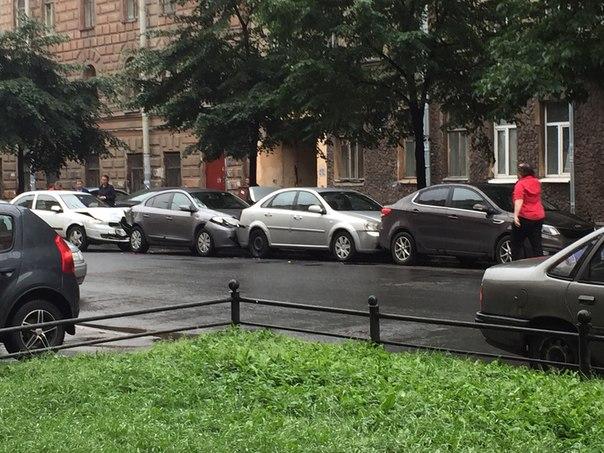 Около 16 отдела полиции в три припаркованные автомобиля врезалась гражданочка.
