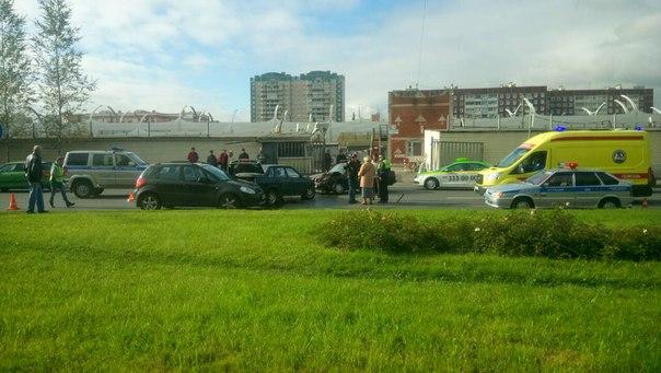 На Планерной улице,у дома 24 столкнулись три автомобиля.